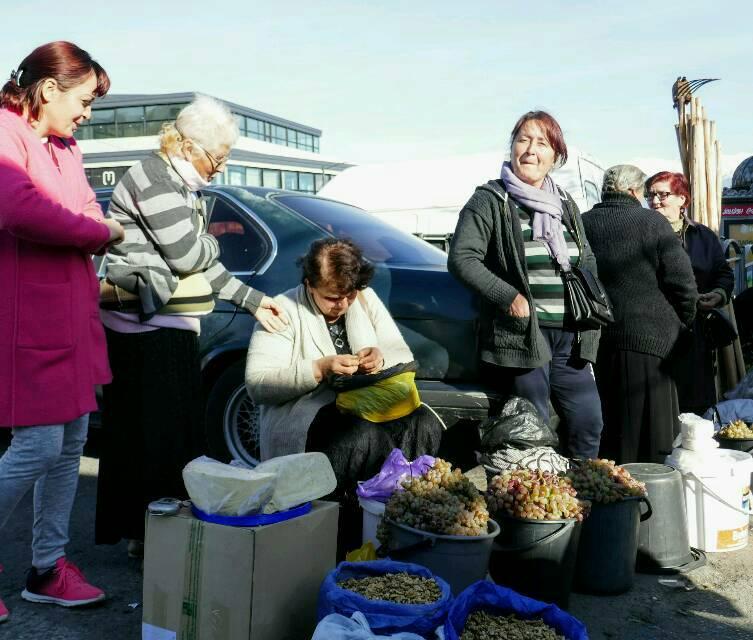 Frauen treffen sich beim Markt und tauschen sich aus