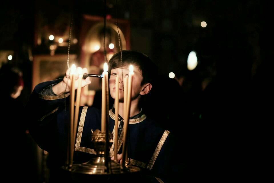 Knabe zündet Kerzen der Hoffnung an. Ostern in Tbilisi