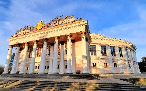 Der stolze Zirkuspalast aus der Sowjetäre ist heute noch in Betrieb