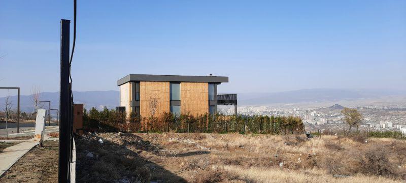 Baue dein eigenes Häuschen mit Sicht auf Tbilisi