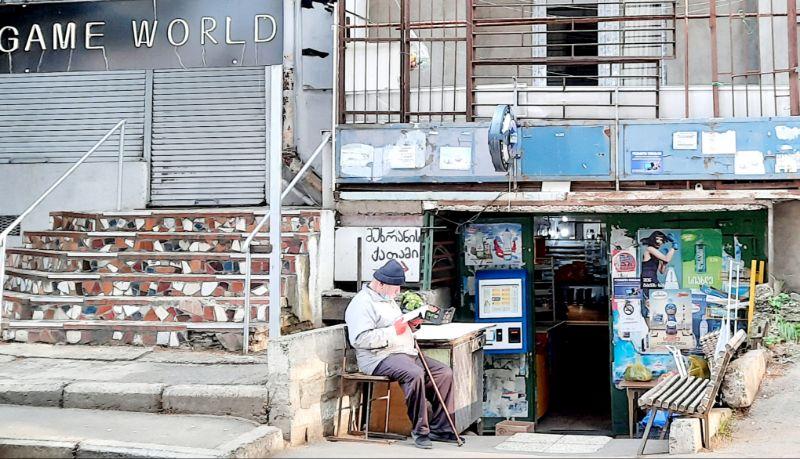 Ein alter Mann vertieft in seine Lektüre. Tbilisi