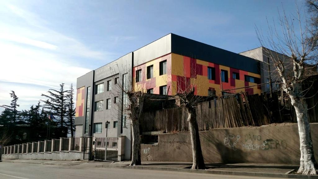 Farbenfrohes Design der neu gebauten Schule in Kaspi, Region Kartli